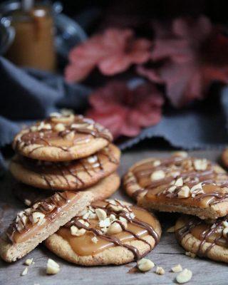 Glutenfria jordnötskakor på tre ingredienser. Som jag toppade sen med egengjord kola och ringlade lite choklad över. Du kommer aldrig kunna hålla dig till att bara ta en kaka. Ska vi slå vad? Har jag nämnt att det bara tar ynka 30 min att baka dem? Nä? Nu vet du. Och tagga kompisar som gillar småkakor. Tryck på länken i min profil för receptet.👆🏻 #småkakor #baka #mittkök #köketse #hembakat #fika #glutenfritt #glutenfria