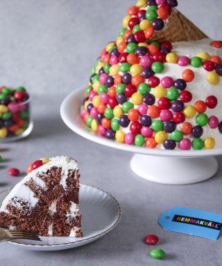Reklam för @hemmakvall_sverige  Skittles tårta till barnkalaset eller kanske att fira lösgodisets dag nu på lördag? Ett roligt sätt att dekorera en tårta på oavsett vad du firar.   Tryck på länken i min profil för receptet.  #simonamuntean_ #baka #tårta #hemmakväll #sverigesbästalösgodis #choklad #skittles