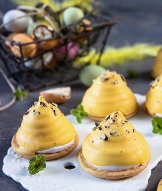 Enkla påskiga mums mums. No-bake och glutenfria om du vill.  Tryck på länken i min profil för receptet.  #mumsmums #choklad #fika #hembakat #swedishfika #simonamuntean_ #nobake #glutenfritt #glutenfri #fikatime #påsk #dessert