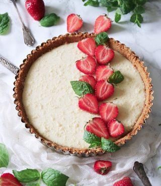 Är vi klara med jordgubbarna för i år? För jag har inte hunnit baka klart allt jag hade tänkt mig.  TRYCK på länken i min profil för receptet på denna paj med vit choklad och jordgubbar.  ✨För flera härliga bakverk FÖLJ @simonamuntean_ ❤️, om du gillat detta SPARA till senare.✨  #simonamuntean_ #fika #baka #allakanbaka #mittkök #hembakat #choklad #paj #jordgubbar