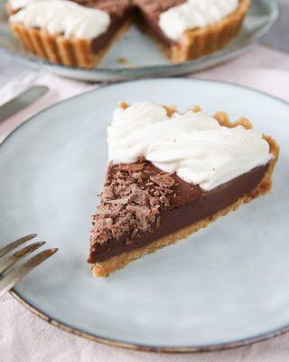 Jag vill slå ett slag för denna enkla men ack så goda chokladpaj. Tagga en kompis som behöver en bit idag.  Själv tog jag två bitar, det är bokslutet som kräver det, jag bara rättar mig efter. 😆 Tryck på länken i min profil för receptet. Och du, du kan enkelt göra pajen glutenfri, bara byta ut kexen mot glutenfria. Piece of pie eller hur var det nu? 😜  #choklad #fika #hembakat #simonamuntean_ #baka #glutenfritt #swedishfika #nobake #chokladpaj #glutenfritt