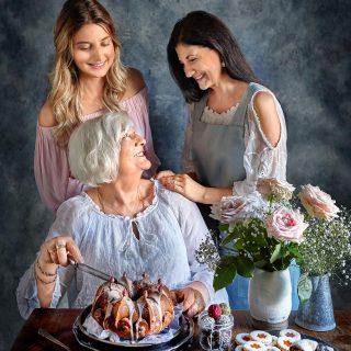 En bild tillsammans med de viktigaste kvinnorna i mitt liv ( från min bok Simonas Söta). Idag är vi alla tre mammor, den största gåvan i världen. Mina tankar går till alla kvinnor som inte kan  bli mammor eller som har förlorat sina barn. ❤️ Så idag har vi inte firat trots att jag har mamma här hos mig.  Idag har vi bara varit tacksamma att vi har varandra. Kram till er alla. ❤️  #simonamuntean_ #simonassöta #bakbok #morsdag @simonamuntean_