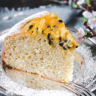 Mjuk passionscurd kaka.  Hiss eller diss?   TRYCK på länken i min profil för receptet⬆️  ✨För flera härliga bakverk FÖLJ @simonamuntean_ och tack för att du trycker på ❤️.✨  #simonamuntean_ #fika #baka #allakanbaka #mittkök #hembakat #fördig #kaka #sockerkaka #passionsfrukt