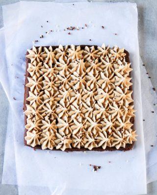 Mjuk chokladkaka med jordnötssmörkräm. Enkelt, gott och lyxigt på mindre än en timme. Du måste bara testa denna!  TAGGA en vän som älskar fika och som kommer uppskatta receptet.   TRYCK på länken i min profil för receptet⬆️  ✨För flera härliga bakverk FÖLJ @simonamuntean_ och tack för att du trycker på ❤️.✨  #simonamuntean_ #fika #baka #allakanbaka #mittkök #hembakat #fördig #choklad #kaka #chokladkaka