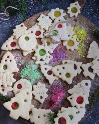 Är det för tidigt att börja med julgranspynt? Även ätbara? Ok då håller jag mig ett tag till.🤔🤷🏻♀️ Pssst! Tryck på länken i min profil för receptet men berätta inte för någon. 🤫🤐 #kakor #julpynt #fika #hembakat