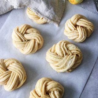 Ska vi prata om dessa citronbullar?  Svep ⏩⏩ för att grädda dem, sikta florsocker över och ta en STOR tugga…   TAGGA en vän som älskar fika. Kanske börjar följa @simonamuntean_  t o m.  TRYCK på länken i min profil för receptet.  #simonamuntean_ #fika #baka #allakanbaka #mittkök #bullar #citron #bröd