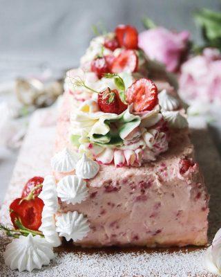 Längtar till sommarvärme och solmogna svenska jordgubbar. Vad längtar du till? Receptet på min jordgubbslängd hittar du via länken i min profil.  #sockerkaka #simonamuntean_ #fika #fikatime  #swedishfika #jordgubbstårta #kaka #hembakat #baka
