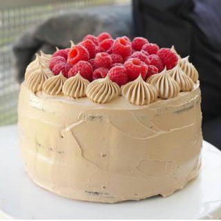 Idag vill jag tipsa om underbara Emilia som driver kontot @emimiil . Hon bjuder på massor av både bak- och mstinspo, enkla och goda recept. Följ @emimiil om du inte redan gör det och visa lite kärlek. ❤️❤️ #matinspo #följtips #matbloggare #tårta
