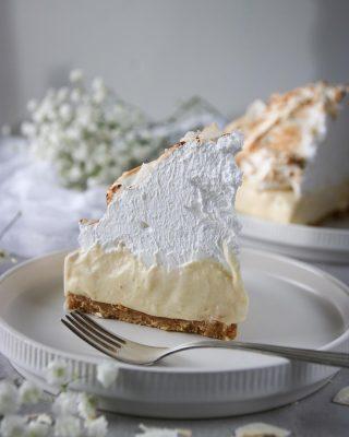 """Längtan är över, nu är den här. Tropisk cheesecake med kokos och passionsfrukt. """"Spama"""" dina kompisar så de också tar del av receptet. Tryck på länken i min profil för receptet.   #cheesecake #nobake #simonamuntean_ #fika #fikatime  #swedishfika  #kaka #hembakat #baka #maräng #glutenfritt #glutenfri"""
