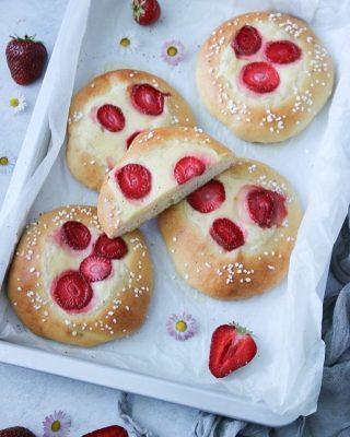 Briocher. Fluffiga bullar med godaste vaniljkräm och färska jordgubbar. Tryck på länken i min profil för receptet. Du följer väl @simonamuntean_ så missar du inga nya recept. #bullar #baka #hembakat #brioche