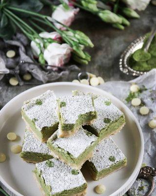 Du vet mina succé rutor med hallon och citron? Dem har fått konkurrens av matcha och vit choklad. Drömmen om du frågar mig. Känns som det blir en bra vecka den här, trots bokslut och 1000 andra saker.  Tryck på länken i min profil för receptet.   #choklad #fika #hembakat #simonamuntean_ #baka # swedishfika #kakor #fikapaus