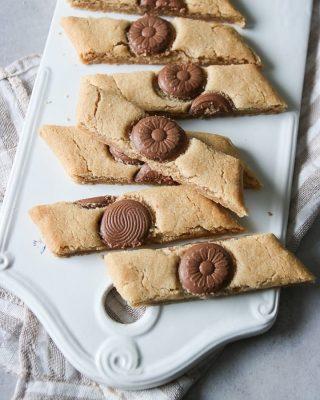 Chokladsnittar med brynt smör, alltså hur gott? Gilla bilden om du gillar småkakor. Tryck på länken i min profil för receptet. Följ @simonamuntean_ för flera goda och enkla recept. #choklad #hembakat #baka #mördegskakor