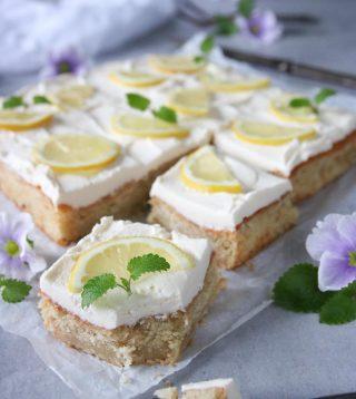 En superfräsch citronkaka med mascarponekräm. Perfekt kombo om du frågar mig. Allting hade varit perfekt om jag inte hade förväxlat bakplåtspapper med smörpapper när jag skulle grädda kakan. Ja ja värre saker har hänt i mitt kök men det tar vi en annan gång.😅🙈  Tryck på länken i min profil för receptet.  #simonamuntean_ #kaka #baka #hembakat #citron #fika #fikatime