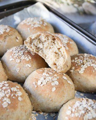 Saftiga havrefrallor som du bakar i ett nafs. Perfekta till helgen. Tryck på länken i min profil för receptet.  Du kan hitta steg-för-steg i mina Stories just nu. 😜  #bröd #baka #hembakat #simonamuntean_ #frallor #frukost #frukosttips #havregryn