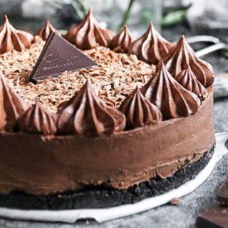 No-bake chokladcheesecake med Oreobotten är aldrig fel. Har jag rätt eller har jag rätt?   GILLA om du håller med.  RECEPT⬇️ Antal 12 portioner Tid: 30 minuter + tid i kylen  Botten: * 1 paket Oreokex finkrossade (med fyllning) * 8 msk smält smör  Cheesecake: * 300 g choklad av bra kvalitet, har använt 70% * 500 g färskost naturell typ Philadelphia * 2 dl strösocker * 1/2 dl muscovadosocker eller sirap * 1 tsk vaniljsocker * 1 msk osötad mörk kakao * 2 dl vispgrädde * kakao och riven choklad att toppa med innan servering  GÖR SÅ: 1. Klä botten och väggarna av en rund form, ca 20 cm, med bakplåtspapper. Ställ åt sidan. 2. Blanda kexen med smöret till en grynig och blöt massa. 3. Tryck ut i botten på formen. Använd baksidan av en matsked eller botten på ett glas. Ställ i kylskåp under tiden du gör cheesecake. 4. Smält chokladen i mikron i ca 20-30 sekunder åt gången, rör i emellan. Ställ åt sidan. 5. Vispa färskost luftigt. 6. Tillsätt strösocker, muscovadosocker, vaniljsocker och kakao och vispa jämt. 7. Under fortsatt vispning tillsätt vispgrädden. 8. Vänd sist chokladen i . Rör om tills du får en jämn kräm. 9. Häll cheesecake i formen och jämna till ytan. 10. Ställ kallt ett par timmar eller över natten som jag gjorde. 11. Sikta över kakao eller toppa med riven choklad precis innan servering.  ✨För flera härliga bakverk FÖLJ @simonamuntean_ ❤️, om du gillat detta SPARA till senare.✨  #simonamuntean_ #fika #baka #allakanbaka #mittkök #hembakat #choklad #cheesecake #nobake