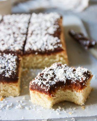 Silviakaka med chokladglasyr.  Tagga gärna dina vänner så de också får receptet! Tack för du följer🙏🏻❤️  RECEPT HÄR ⬇️ ⬇️⬇️ Antal  ca 10-12  bitar Tid: ca 45 minuter  Smet:  3 st ägg 3 dl strösocker 3 dl vetemjöl 3 tsk bakpulver 3 tsk vaniljsocker 1 1/2 dl het vatten Glasyr:  125 gram smör 1 1/2 dl florsocker 1 tsk vaniljsocker 2 msk osötad kakao 1 äggula 1/2 – 1 dl riven kokos INSTRUKTIONER: Sätt ugnen på 175 grader, över- och undervärme,  och fodra en form, ca 20 X 30 cm, med bakplåtspapper. Ställ åt sidan. Vispa ägg och strösocker riktigt pösigt. Blanda de torra ingredienserna till kakan i en skål och vänd ner i smeten. Häll i vattnet och vänd tills du får en klumpfri smet. Häll smeten i formen och grädda i mitten av ugnen för ca 15- 20 minuter, eller tills en provsticka kommer ut torr från mitten på kakan. Under tiden gör glasyren. I en kastrull på spisen smält smöret med florsockret, vaniljsockret och kakao. Ta bort från plattan och under snabb omrörning tillsätt äggulan.  Rör om till en slet glasyr. Låt glasyren kallna och tjockna. Rör i då och då så det inte bildas en torr hinna. Låt kakan kallna helt innan du breder på glasyren. Strö över riven kokos och ställ svalt en liten stund innan du skär upp i lagom stora bitar. Förvaras svalt i kylskåp i låda med lock eller väl inplastad.   @simonamuntean_  #simonamuntean_ #baka #hembakat #fika #swedishfika #recept #matbloggarna #allakanbaka