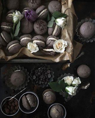 Rustika chokladmacarons med cafe latté kräm. Det fina med dessa är att till och med jag klarar av att baka dem. Ojämna, lite spruckna men ack så jädrans goda. Fin måndag på er. Recept finns på bloggen, tryck på länken i min profil. 👆🏻 #choklad #baka #mittkök #hembakat #köketse