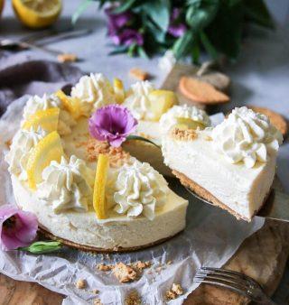Jag byter en bit No-bake citroncheesecake, utan gelatin, mot vad du  kommer fika på idag. Vad blir det? 👏🏻👏🏻👏🏻 Receptet på cheesecaken finner du via länken i min profil.  #simonamuntean_ #cheesecake #citron #baka #hembakat #nobake #glutenfritt #glutenfritt #fika #fikatime #swedishfika