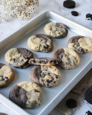Oreo cookies. Smälter i munnen.  Tryck på länken i min profil för receptet.   #simonamuntean_ #oreocookies #baka #hembakat #choklad #fika #fikatime