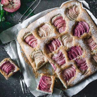 Äppelkaka med vallmofrön. För det känns som höst och då bakar vi äppelkaka. Rätt eller fel?  Ps: Äppelsorten heter Rosette ifall någon undrar.  RECEPT ⬇️  Antal ca 30 bitar Tid: ca 1 timme  Ingredienser: * 5 dl vetemjöl * 2 1/4 dl strösocker * 200 g smör, vid rumstemperatur * 4 ägg * 4 tsk bakpulver * en nypa salt * 2 tsk vaniljsocker * 2 msk vallmofrön * 6-8 äpple, skalade och tunt skivade * 2 msk flyttande honung * florsocker att sikta över den färdiga kakan  Gör så: 1. Sätt ugnen på 175 grader vanlig ugnsvärme. Klä en form, ca 28 X 28 cm med bakplåtspapper och ställ åt sidan. 2. I en stor skål blanda alla torra ingredienser. Tillsätt äggen och smöret och vispa till en jämn tjock smet. 3. Lägg äpplena i ett fint mönster. Grädda kakan i mitten av ugnen för ca 25–30 minuter beroende på ugn. 4. Ta ut kakan och låt den svalna i formen. Pensla äpplena med honung och sikta florsocker över hela kakan. Dela i lagom stora bitar. Njut kakan ljummen med en kula vaniljglass eller med vaniljsås. 5. Kakan är supergod att äta kall precis som den är. Förvaras i plastlåda med lock i kylskåpet.  ✨För flera härliga bakverk FÖLJ @simonamuntean_ ❤️, om du gillat detta SPARA till senare.✨  #simonamuntean_ #fika #baka #allakanbaka #mittkök #hembakat