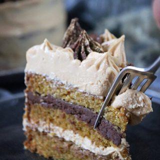 Gilla bilden om du blir sugen på tårta. Bläddra för tips på hur du skär tårtbotten jämt ➡️➡️  Saftig pumpa och morotstårta med  choklad och saltkaramell kräm.   TRYCK på länken i min profil för receptet⬆️  ✨För flera härliga bakverk FÖLJ @simonamuntean_ och tack för att du trycker på ❤️.✨  #simonamuntean_ #fika #baka #allakanbaka #mittkök #hembakat #fördig #choklad #tårta
