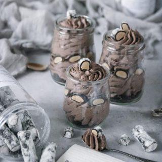 Den här cookies and creame moussen med lakrits är till er alla där ute som älskar lakrits. Någon som kommer fira idag? Recept⬇️⬇️⬇️  Antal: 4 portioner Tid: ca 10 minuter effektiv tid  Mousse:  15 stycken Oreo kakor, brutna i mindre bitar 5 dl vispgrädde 2 tsk vaniljsocker 1 dl florsocker Garnering: 4-6 Oreokex, grovkrossade saltlakrits i mindre bitar  Gör så: I en skål lägg kakorna och häll vispgrädden över. Plasta in och ställ i kylskåp över natten eller minst 4 timmar. Vispa smeten fluffigt. Tillsätt vanilj- och florsocker. Vispa jämnt. I fyra glasburkar eller skålar fördela 2/3 delar av dem krossade kakorna. Spritsa eller skedda moussen i. Toppa med lakrits och ev kaksmul.  Förvaras i kylskåp till servering.  Håller  i upp i 2-3 dagar.  @simonamuntean_ #choklad #lakrits #mousse #nobake #fika #fikatime #efterrätt