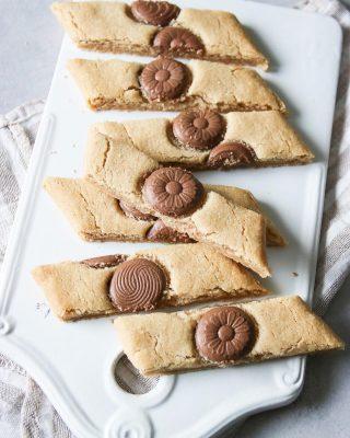 Vem vill ha en kaka? Chokladsnittar med brynt smör, alltså hur gott som helst. Recept för 20 kakor⬇️⬇️⬇️ Tid: under 30 minuter Deg: * 150 g normal saltat smör * 1 1/2dl strösocker * 1 1/2msk vaniljsocker * 1 1/2 msk sirap, ljus * 3 1/4 dl vetemjöl * 1 1/2 tsk bakpulver Fyllning: * chokladlinser Lysmelk  Gör så: 1. Börja med att brynta smöret i en kastrull på spisen. Rör i hela tiden så det inte fastnar på botten och bränns fast. När smöret har fått en ljusbrun färg och börjar lukta karamell är det klart. Låt kallna. 2. Sätt ugnen på 175°C och klä en plåt med bakplåtspapper. 3. Blanda ihop alla ingredienser till degen. 4. Rulla till två längder och lägg på plåten, platta till lite. 5. Lägg chokladlinserna i en rad i mitten på längderna och tryck . 6. Grädda mitt i ugnen i ca 10 minuter. 7. Tag ut plåten och låt längderna svalna någon minut innan du skär dem sned i snittar. Använd en vass kniv eller en pizzaskärare.   @simonamuntean_  #choklad #simonamuntean_ #hembakat #baka #mördegskakor #fika #mittkök #allakanbaka