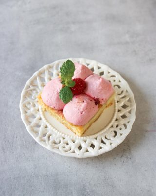 Fräsch vaniljkaka med hallonpannacotta. Vilken bit väljer du?  Jag tar den tredje 🤷🏻♀️🙈🤪 Tryck på länken i min profil för receptet. #hallon #kaka #sockerkaka #baka #hembakat #simonamuntean_ #fika #allakanbaka
