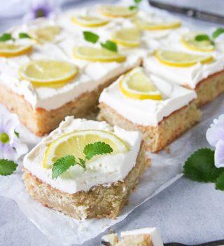 Mjuk citronkaka med färskostfrosting.  Tagga en vän som borde baka denna till dig.  Recept via länken i min profil.  #simonamuntean_ #baka #hembakat #fika #swedishfika #recept #matbloggarna #allakanbaka #citronkaka #kaka #mittkök