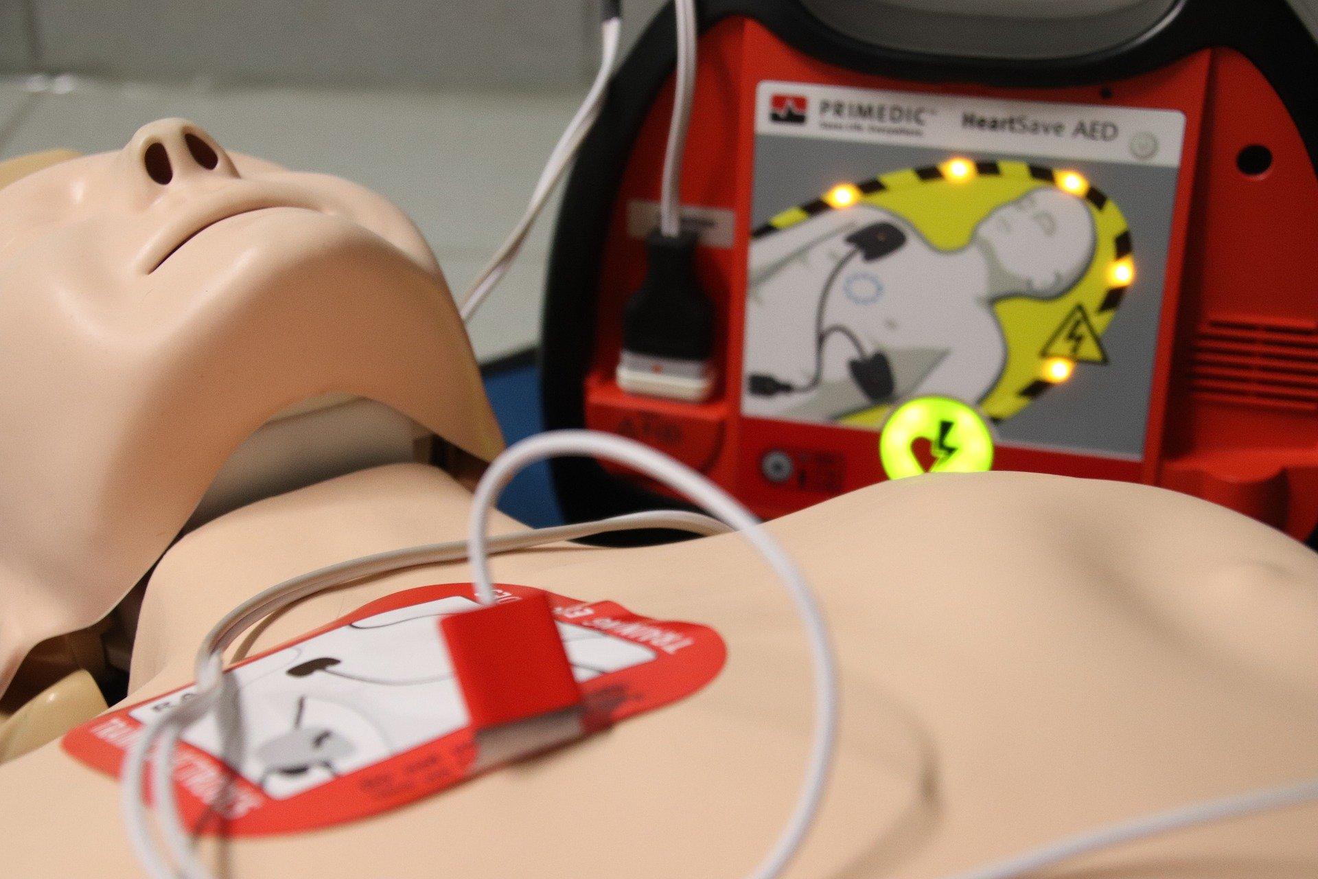 Hjertestarter-placeret-paa-en-krop
