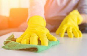 persoon met gele huishoudhandschoenen