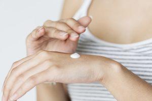 verzorgingscrème op handen