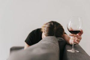 slapende vrouw met wijnglas
