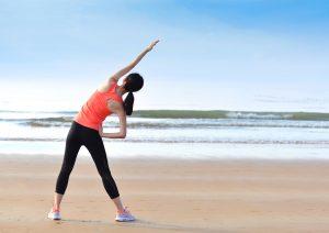 vrouw die stretched op het strand