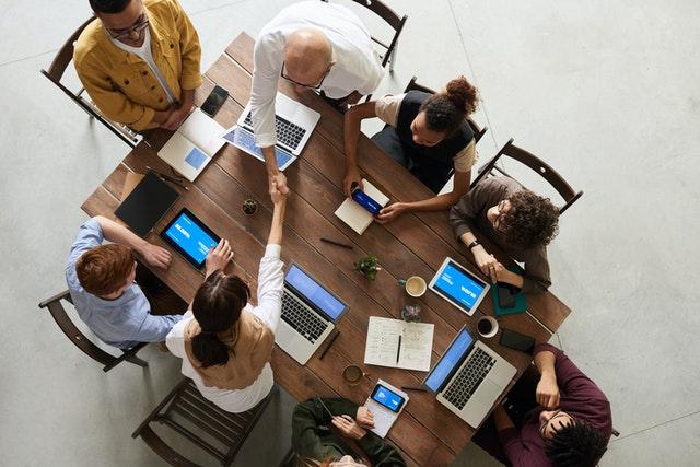 arbejdsplads med personer og computere