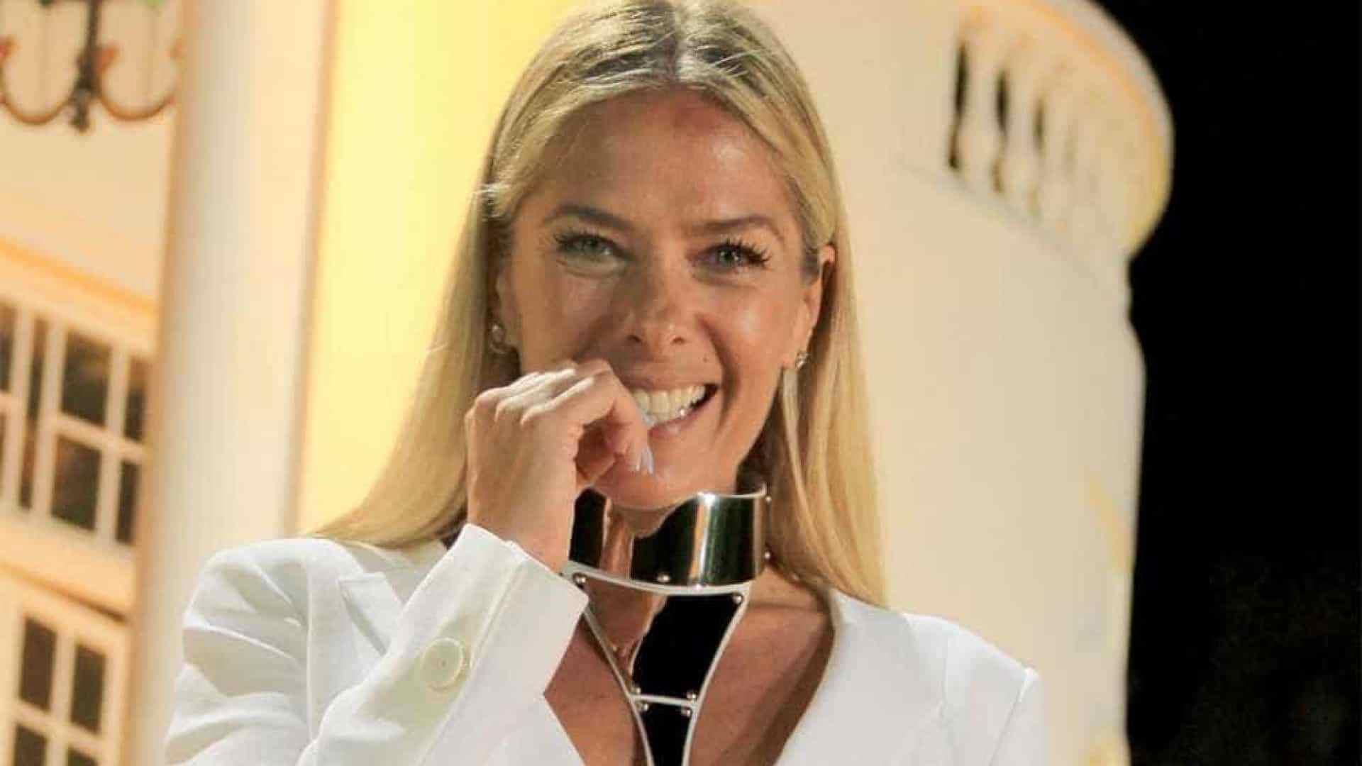 Adriane Galisteu, que atualmente apresenta o Power Couple Brasil, foi definida pela RecordTV como a nova apresentadora de A Fazenda, segundo informações do jornalista Flávio Ricco.