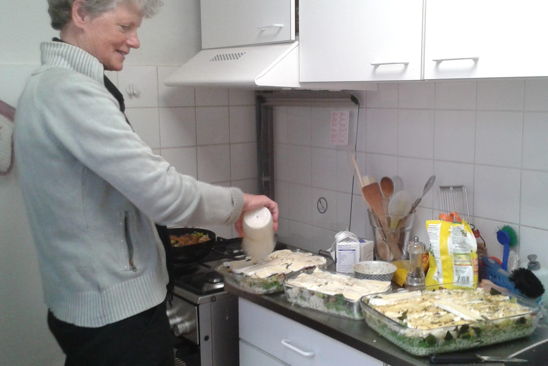 Mij is gevraagd waarom ik het koken in het DAC zo leuk vind. Nu dat zijn een paar dingen :De gezelligheid  en de saamhorigheid. En het allerbelangrijkst zijn de geweldige reacties van de gasten, als we de maaltijd bij hen opdienen (Teuna).