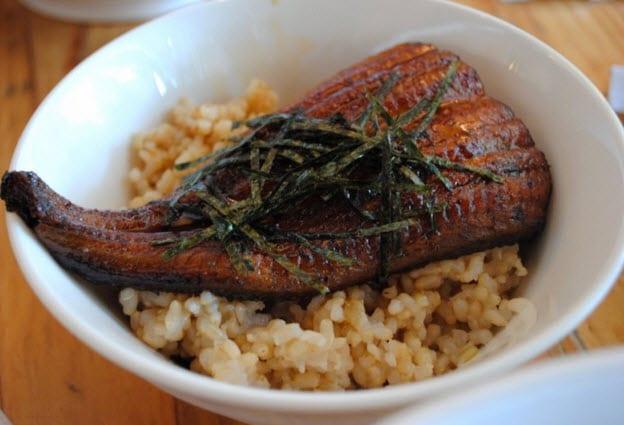 Stegt ål på brune ris