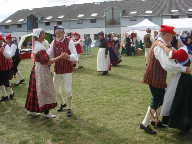 Folkedans i Andelslandsbyen Nyvang