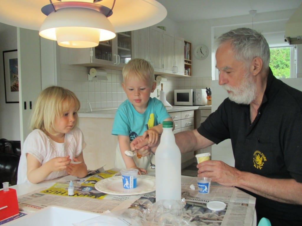 Den gamle kemiker oplærer de unge kemikere