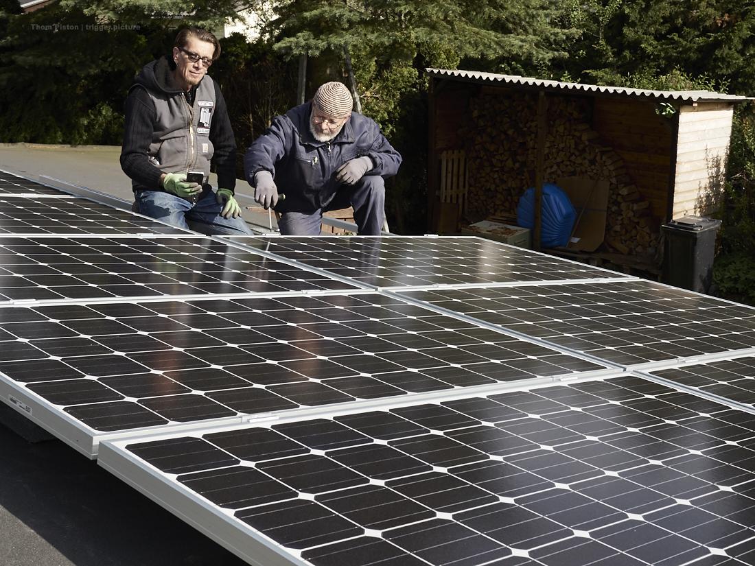 mit hilfe von bernahrd das photovoltaic auf dem dach des dakota homes aufgebracht