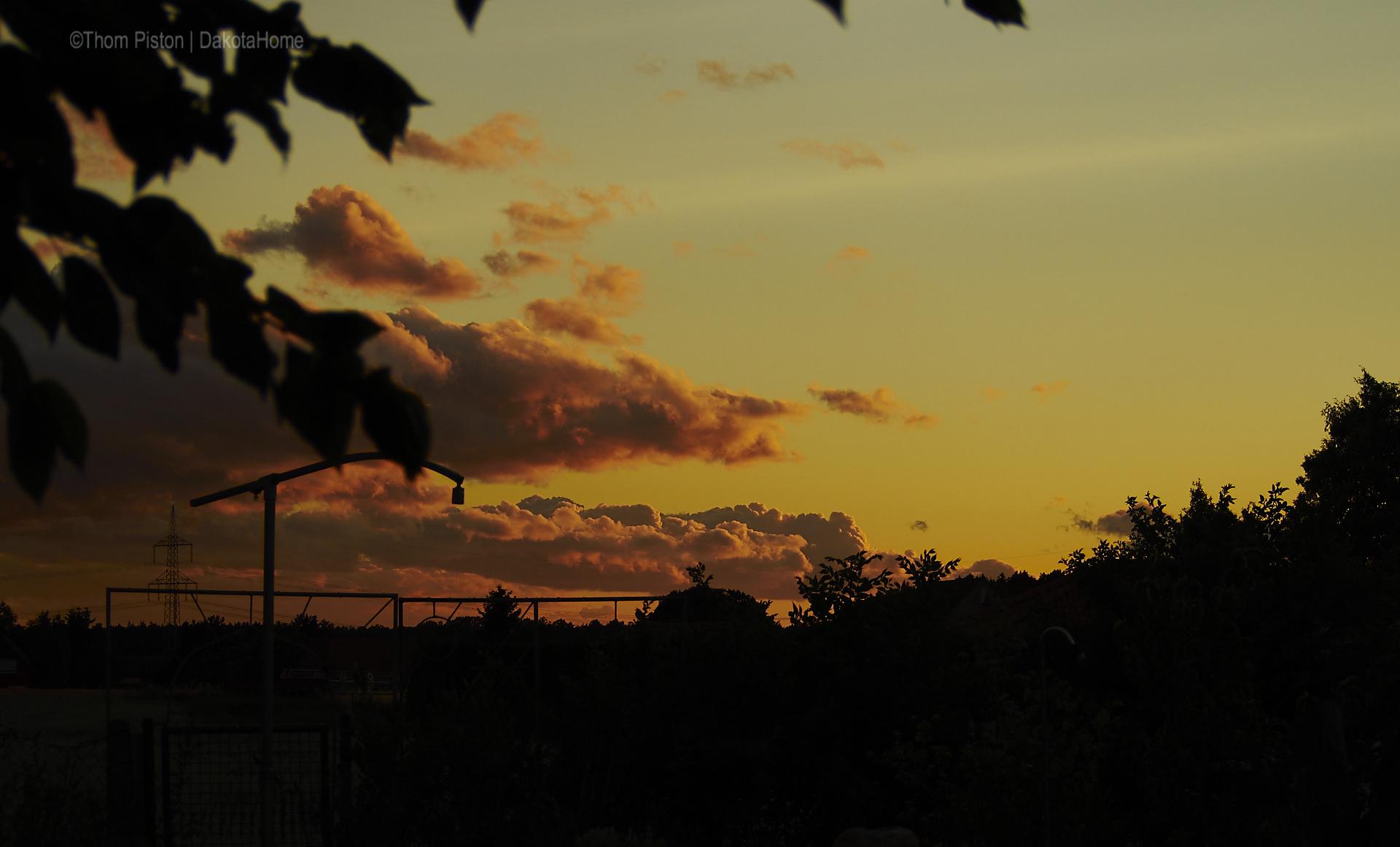 Feuertonne und Sonnenuntergang Dakota Home