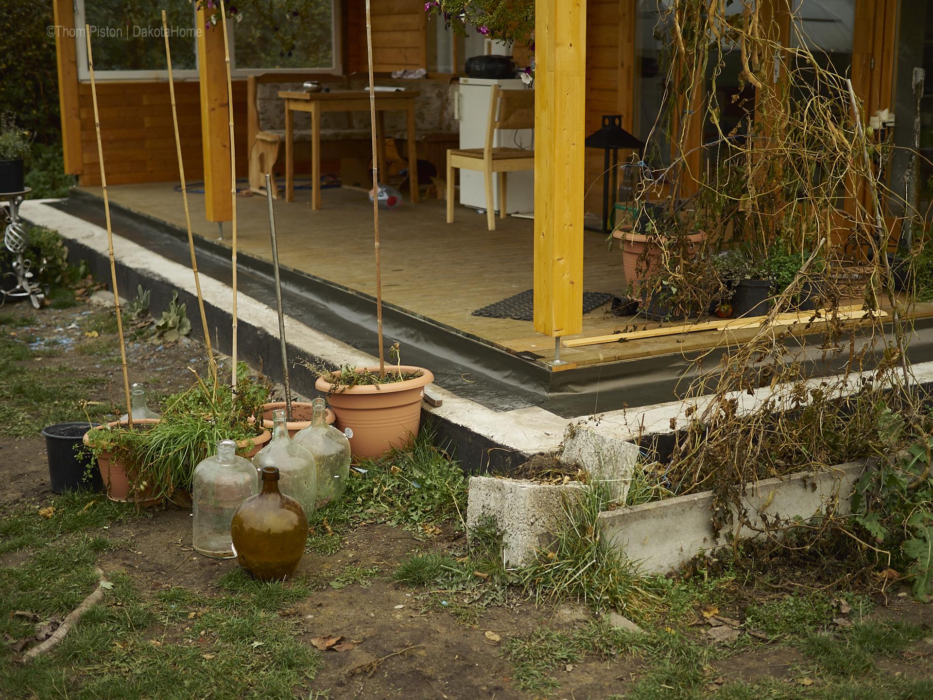 Bitumband... sicher nicht die eleganteste lösung aber es ist eine lösung die bezahlbar ist...am ende stehn da eh wieder überall pflanzen drauf..