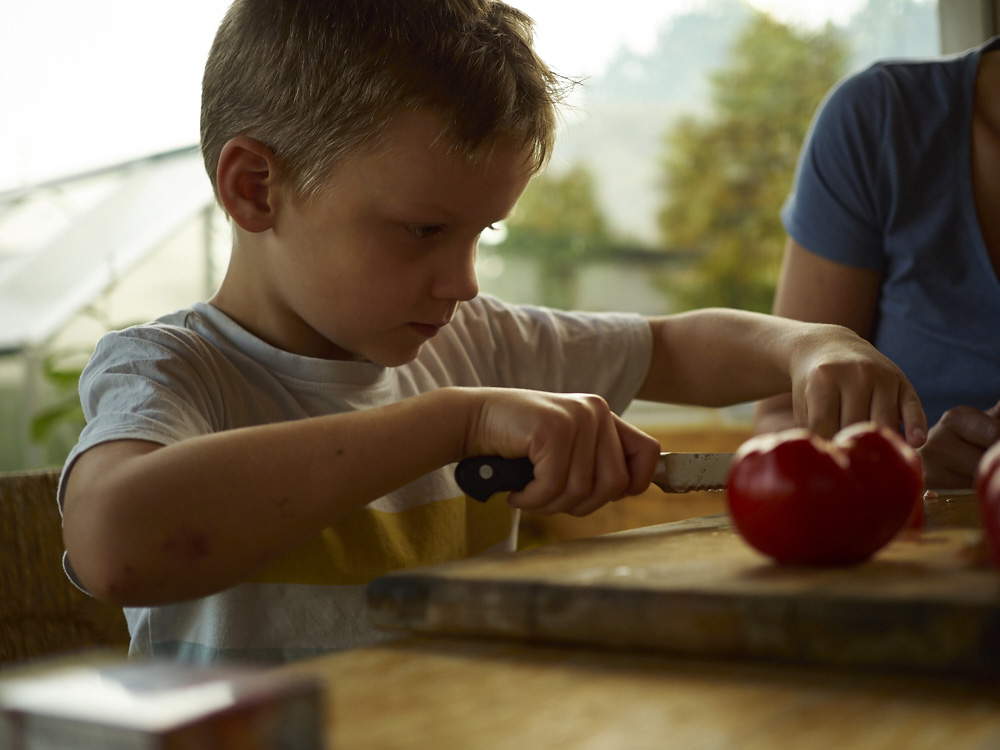 nach der Tomatenernte im Garten ...vollste konzentration beim Tomatenschneiden...für die Tomatensosse die es zu den gewünschten Nudeln gab..