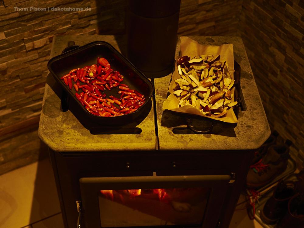Pilze und Chillis vereint auf dem Kamin des Dakota Home