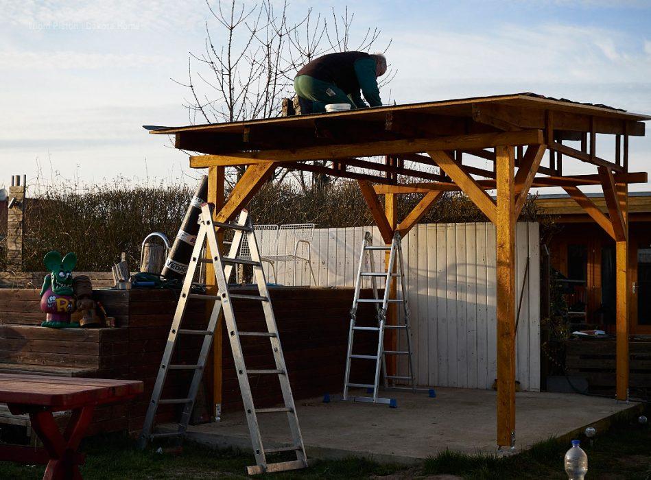 Dachpappe auf die Terassenüberdachung aufbringen