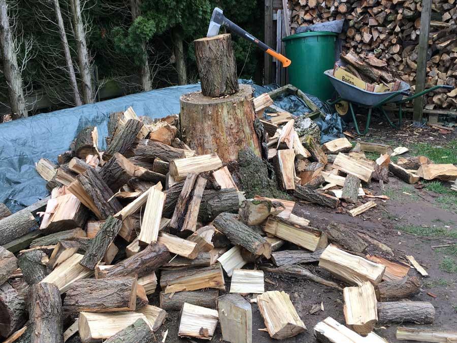 Mit der Spaltaxt von Fiskars gehts so...man muss des Sportllich sehen...den näxten Haufen Holz von Hand gespalten