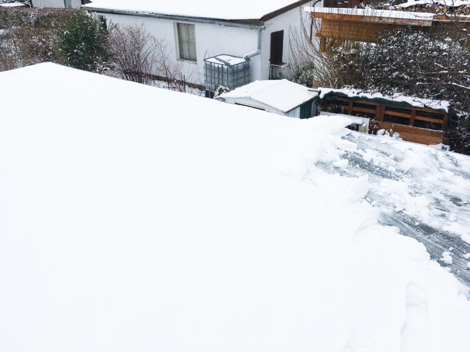 Selbstverständlich ist es nicht nur kalt und schneit, nein der schnee muss natürlich auch noch liegenbleiben, also Dach abfegen..