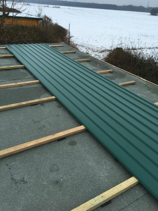 Dachbleche auf dem Dach