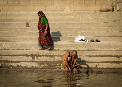 Billede 4,PA200361, Mand lapper cykel i Ganges